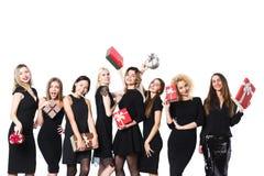 Femmes dans la robe noire avec des cadeaux dans des mains d'isolement photos libres de droits