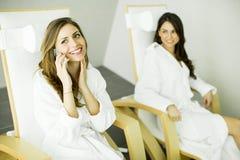 Femmes dans la station thermale Photo stock
