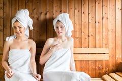 Femmes dans la station thermale de bien-être appréciant l'infusion de sauna Image libre de droits