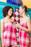 Femmes dans le bain de vapeur de hammam Photo stock