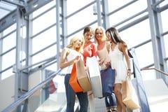 Femmes dans le centre commercial Image libre de droits