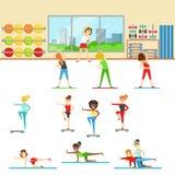 Femmes dans le centre de fitness faisant différentes formations de séance d'entraînement avec l'instructeur illustration de vecteur