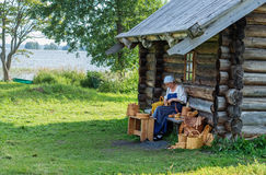 Femmes dans le costume russe traditionnel sur l'île de Kizhi, Carélie, Photographie stock