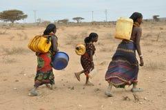 Femmes dans le désert de l'Afrique de l'Est images stock