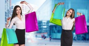 Femmes dans le tenue de soirée avec les paquets colorés Photos libres de droits