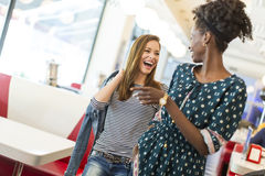 Femmes dans le wagon-restaurant photographie stock libre de droits