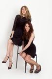 Femmes dans peu de robe noire Photographie stock