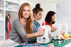 Femmes dans un atelier de couture photographie stock libre de droits