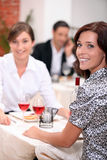 Femmes dans un restaurant Photographie stock
