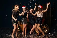 Femmes dansant à célébrer Noël Image stock