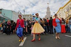 Femmes dansant dans l'installation consacrée au ` de dandys de ` de film sur la rue de Tverskaya au jour de ville à Moscou Photo libre de droits