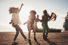 Femmes dansant sur le voyage par la route Photos libres de droits