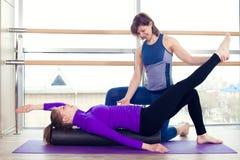 Femmes de aide d'entraîneur personnel de Pilates d'aérobic Photos libres de droits