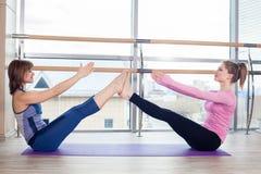 Femmes de aide d'entraîneur personnel de Pilates d'aérobic Photo libre de droits
