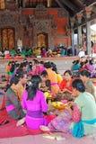 Femmes de Balinese préparant des offres Photographie stock