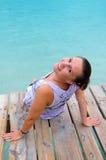 Femmes de brune sur le pont tropical Images libres de droits