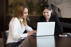Femmes de bureau avec l'ordinateur portable Photo libre de droits