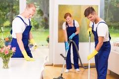 Femmes de charge nettoyant le plancher Photo stock