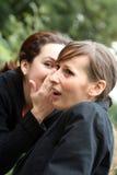 Femmes de chuchotement Images libres de droits