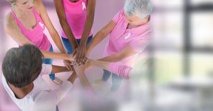 Femmes de conscience de cancer du sein remontant des mains Images stock