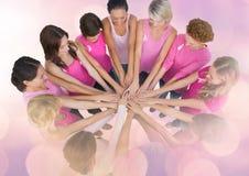 Femmes de conscience de cancer du sein remontant des mains Photographie stock libre de droits