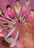 Femmes de conscience de cancer du sein remontant des mains Photographie stock