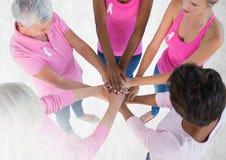 Femmes de conscience de cancer du sein remontant des mains Image libre de droits