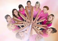 Femmes de conscience de cancer du sein remontant des mains Image stock