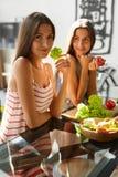 Femmes de consommation en bonne santé faisant cuire la salade dans la cuisine Nourriture de régime de forme physique Photo stock