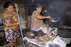 Femmes de cuisson et de nettoyage dans la cuisine dans le taudis Photo libre de droits