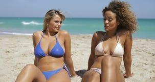 Femmes de détente appréciant la lumière du soleil sur la plage banque de vidéos