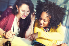 Femmes de dames travaillant ensemble le concept de projet Photos stock