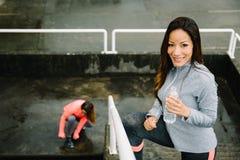Femmes de forme physique établissant sous la pluie Photographie stock libre de droits