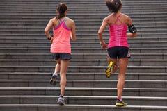 Femmes de forme physique courant des étapes photographie stock libre de droits