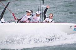 Femmes de gain sur la recherche pour l'or olympique de navigation. Images libres de droits