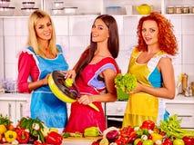 Femmes de groupe préparant la nourriture à la cuisine Photo libre de droits