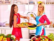 Femmes de groupe préparant la nourriture à la cuisine Image stock