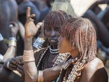 Femmes de Hamar au marché de village Turmi Abaissez la vallée d'Omo l'ethiopie Images stock