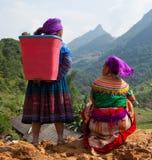 Femmes de Hmong de Vietnamien se tenant du côté d'un passage de montagne Photographie stock