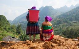 Femmes de Hmong de Vietnamien se tenant du côté d'un passage de montagne Photos stock