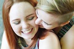 Femmes de LGBT Jeunes couples lesbiens marchant en parc ensemble Relations sensibles La notion du mariage homosexuel Images libres de droits