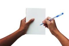 Femmes de main tenant le livre blanc et le stylo Photographie stock libre de droits