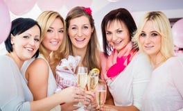 Femmes de meilleurs amis célébrant la fête de naissance avec le champagne Images libres de droits