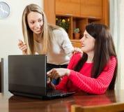 Femmes de merveille regardant à l'ordinateur portable Images libres de droits