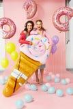 Femmes de mode Amis heureux dans des vêtements d'été Photographie stock libre de droits