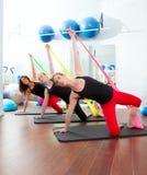 Femmes de pilates d'aérobic avec les bandes élastiques dans une ligne Image libre de droits