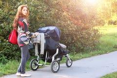 Femmes de promenade avec la lumière du soleil d'été de poussette image libre de droits