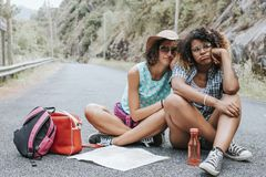 Femmes de randonneur sur la route Photographie stock