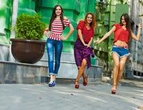 Femmes de soeurs sur la rue de ville Photos stock