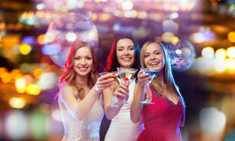 Femmes de sourire avec des cocktails à la boîte de nuit Photographie stock libre de droits